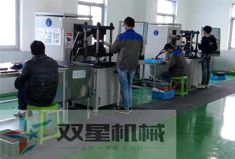 员工正在操作扩散焊设备